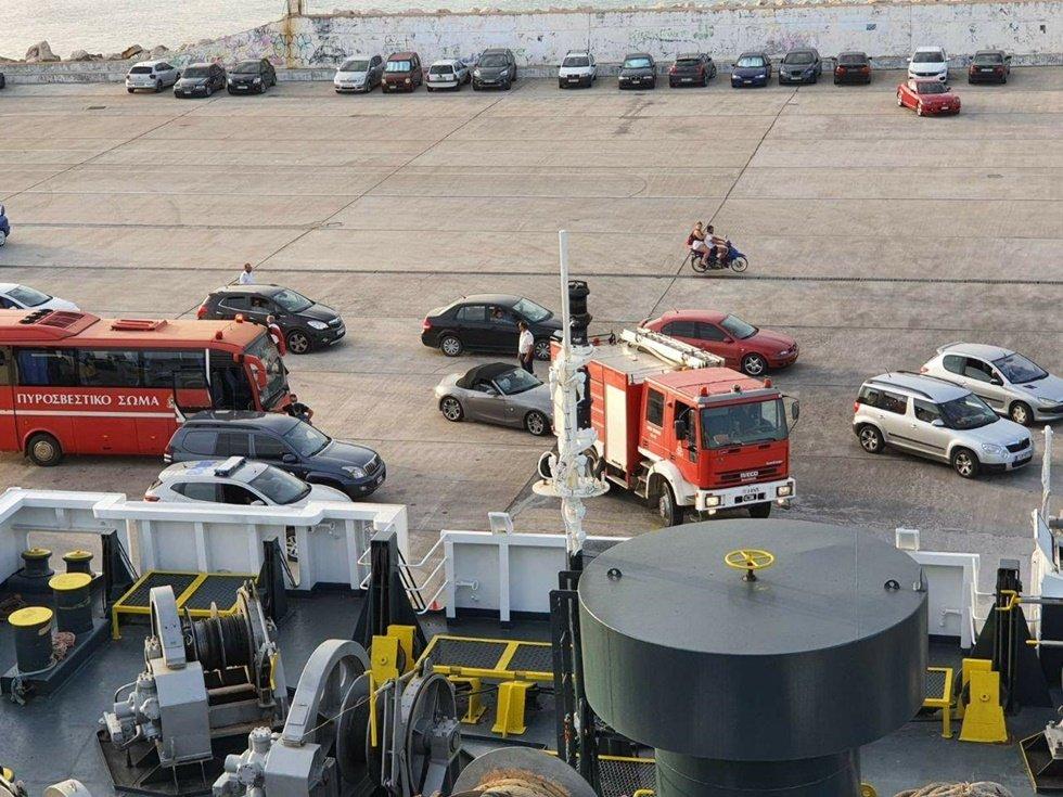 Ανεξέλεγκτη φωτιά μαίνεται στη Ζάκυνθο - Εξετάζεται εκκένωση οικισμού - Ενισχύονται οι δυνάμεις της Πυροσβεστικής μέσω λιμανιού Κυλλήνης (photo)